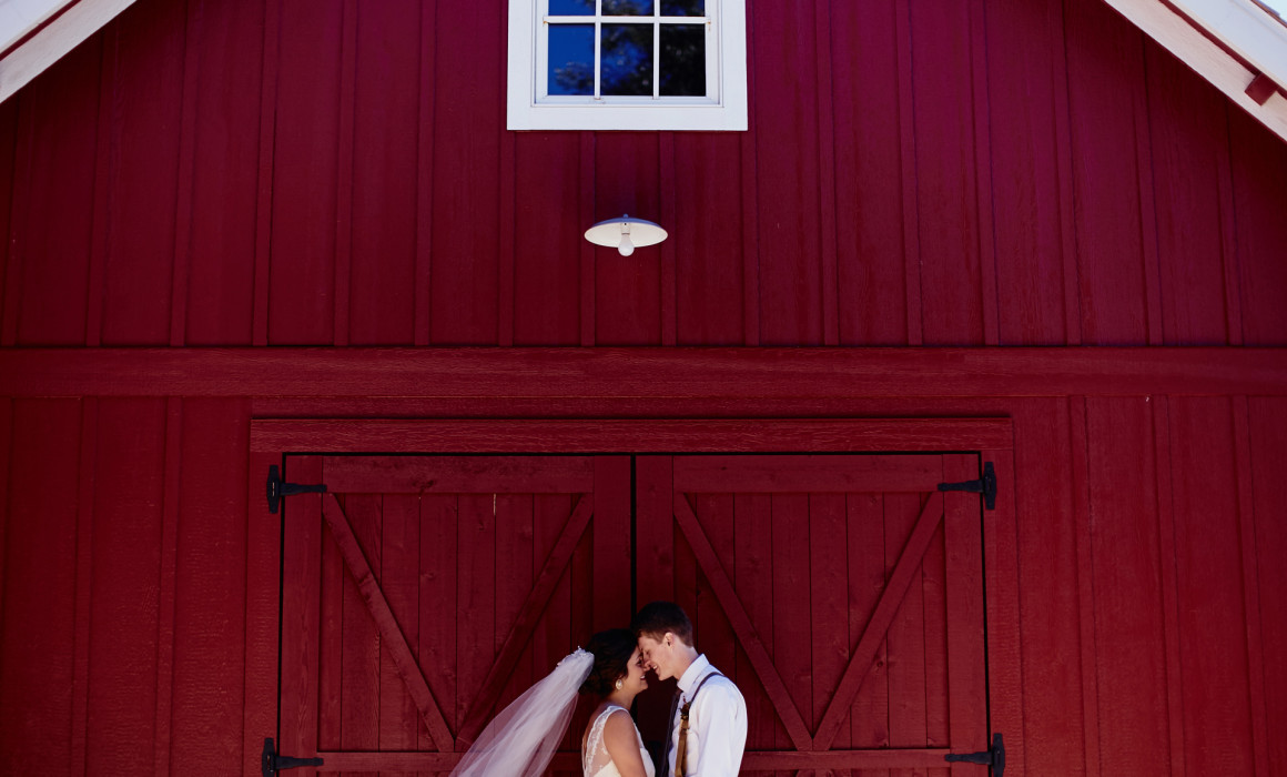 denovo barn decorah iowa wedding photographer